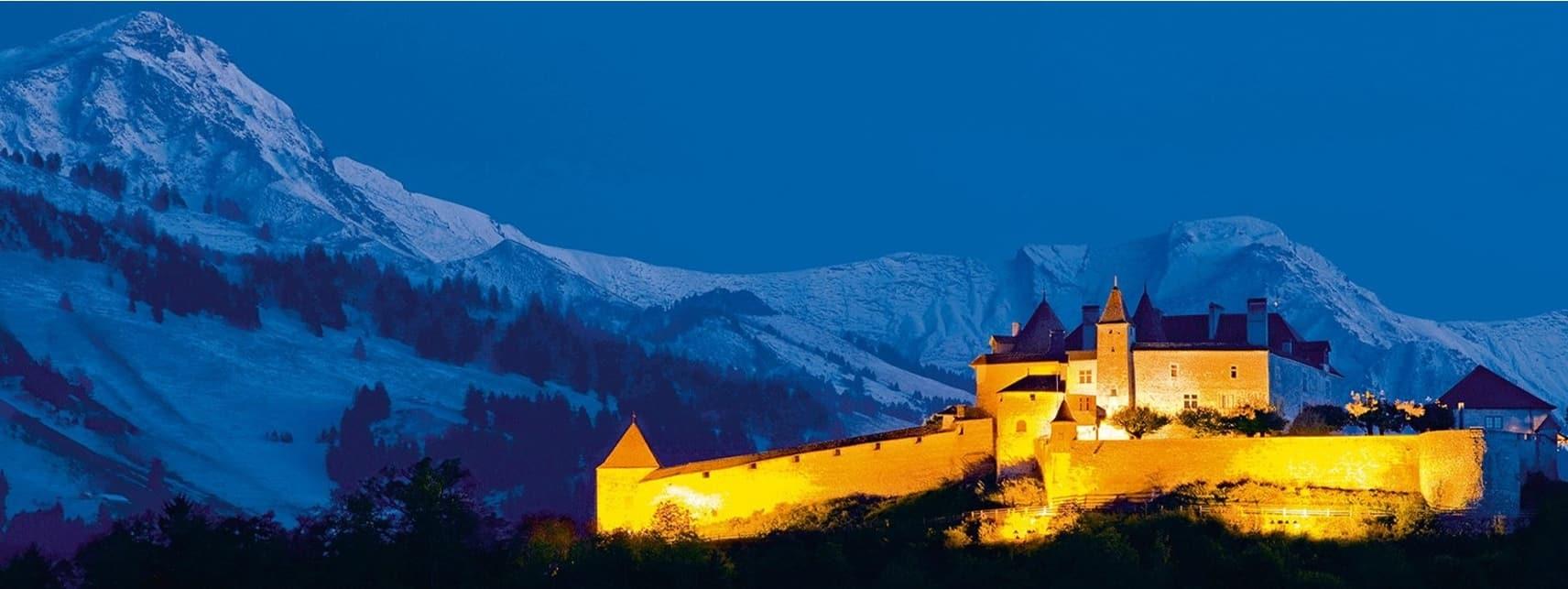 Le Château de Gruyère et le Moléson, dans le Canton de Fribourg, en Suisse